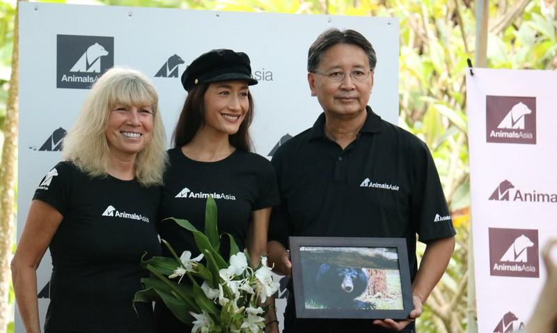 Maggie Q (giữa) cùng hai đại diện của Tổ chức Động vật Châu Á.